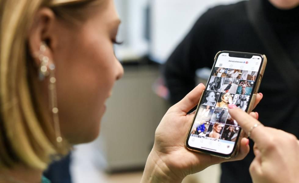 L'influenceuse Diana le Lion ouvre son Instagram dans le cadre du lancement d'une campagne pour un Internet sécurisé de l'UE le jour 11 à Berlin.