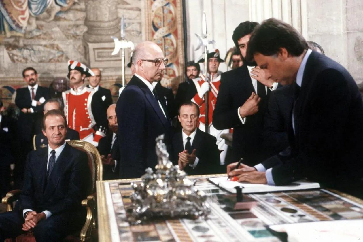 Felipe González signe le traité d'adhésion de l'Espagne aux CE, le 12 juin 1985, sous l'œil vigilant du roi Don Juan Carlos